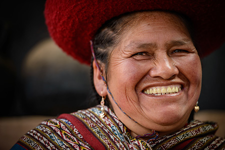A_local_Peruvian_woman_demonstrating_how_to_spin_yarn_-_Photo_by_Garrett_N-sm